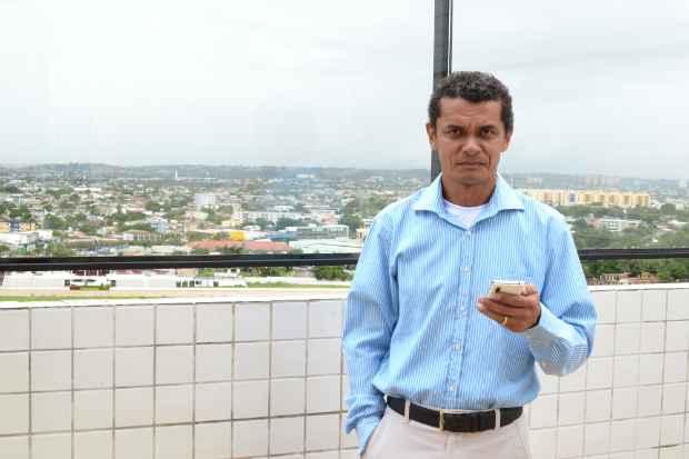Manuel Castro, síndico do Vila Prado, adotou o WhatsApp como ferramenta de comunicação com os moradores  - JOÃO VELOSO/ ESP. DP./D.A. PRESS