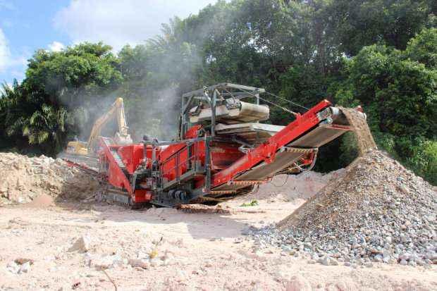 Incorporadora utiliza um britador na obra do Camará Shopping para triturar as rochas e reutilizá-las - Incorporadora Reserva Camará/Divulgação