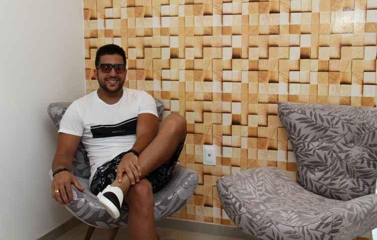 Custo baixo foi decisivo para o músico Filipe Barros investir na decoração da sala - Karina Morais/ESP. DP