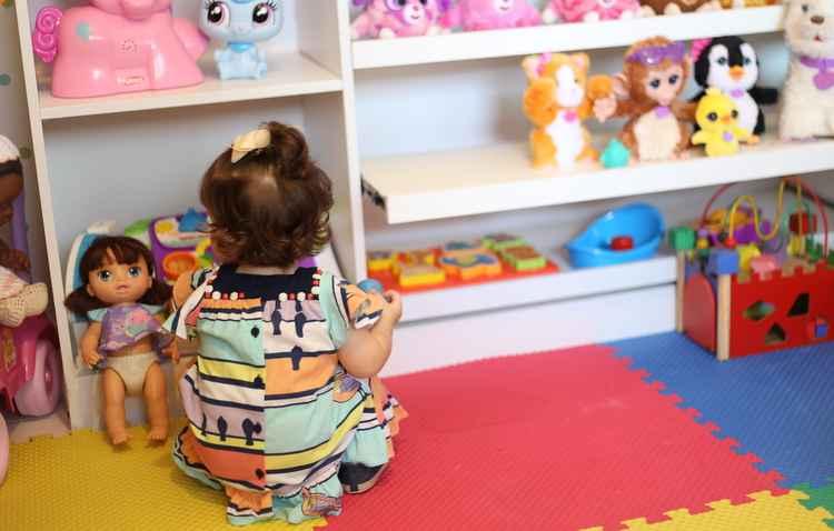 Manuela se diverte com a brinquedoteca escolhida pela mamãe - Anderson Freire/Esp DP