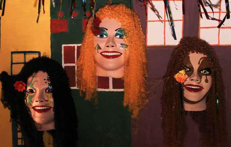 Também é possível decorar as paredes e os tetos com objetos ligados à temática do carnaval, como as máscaras - Marlon Diego/Esp. DP