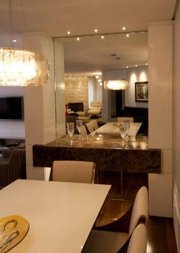 Materias como madeira, vidro, aço, inox, mármore e couro deixam a decoração da sala charmosa e versátel -