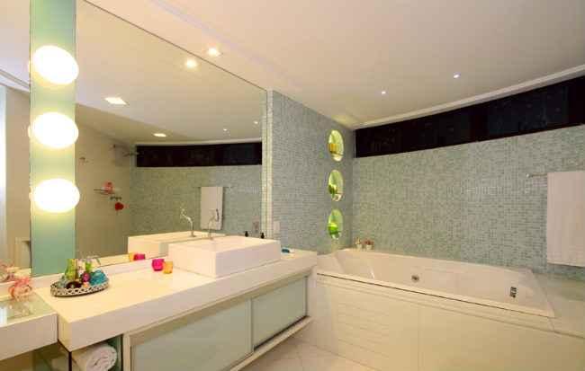 Além de ícones da vaidade, espelhos ajudam a dar amplitude aos ambientes - ArqMulti / Divulgação