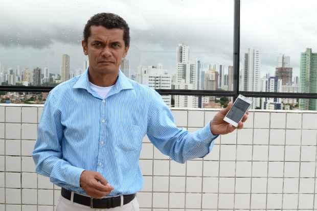 O síndico Manuel Castro recorre ao WhatsApp para se comunicar com os moradores  - João Velozo/ESP. DP/D.A. PRESS