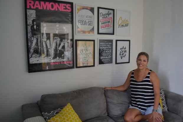Patrícia Wanderley decorou sua casa com várias imagens e frases diferentes - Manu Cavalcanti/Esp. DP