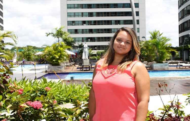 Estudante Lara Dias aproveita das piscinas às salas de estudo do seu condomínio - Karina Morais/ ESP. DP